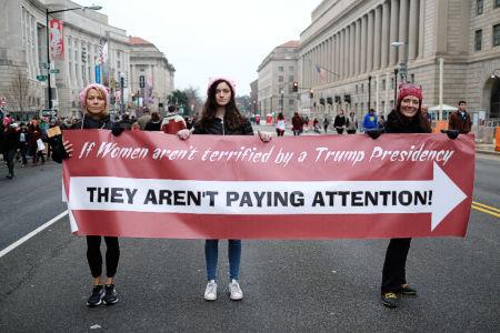 Kvinnor marscherar mot Trump